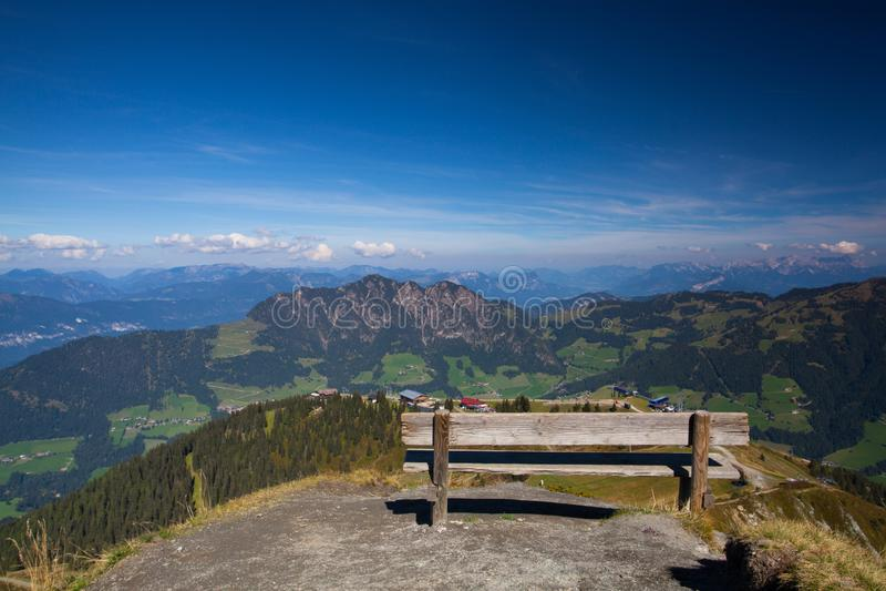 Berg beskådar Alpbachtalen är en dal i Tyrol, Österrike royaltyfria foton