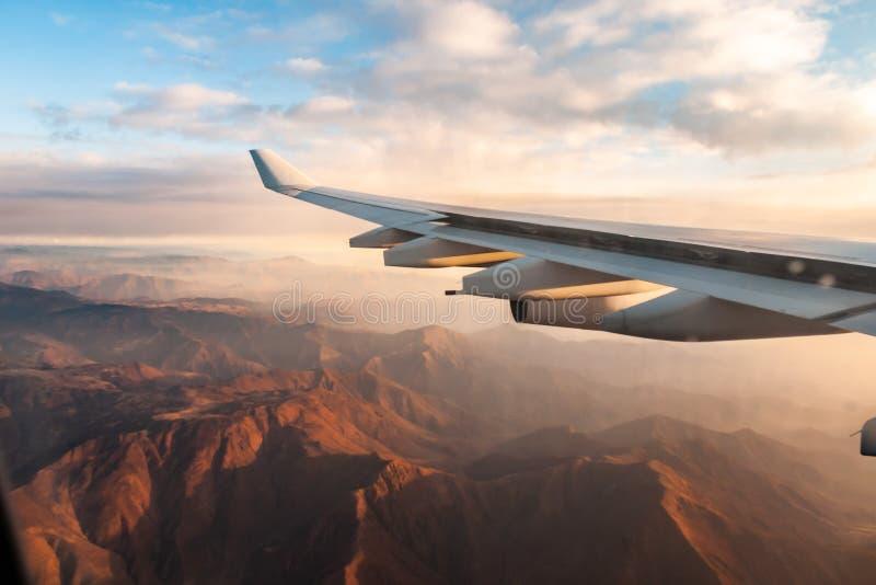 Berg beskådar Ett landskap av berg från fönstret av ett flygplan royaltyfri foto