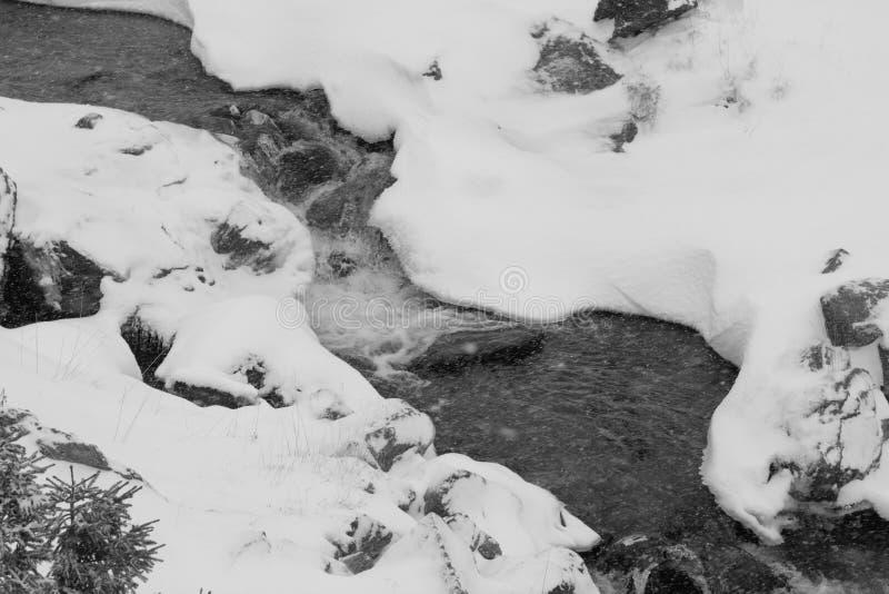 Berg bevroren rivier stock foto's