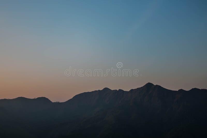 Berg bij zonstijging stock afbeeldingen