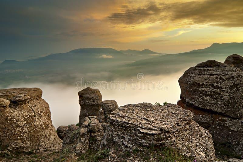 Berg, bos en wolken royalty-vrije stock foto