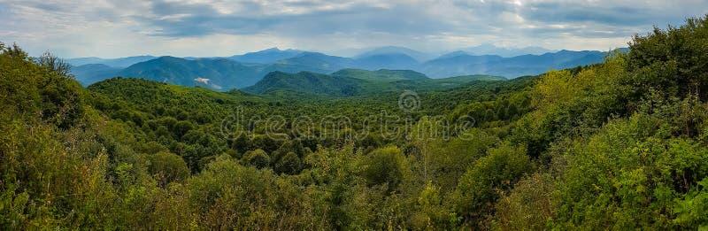 Berg boslandschap bij de voet Bergen van de Kaukasus, Adygea, Rusland royalty-vrije stock foto's