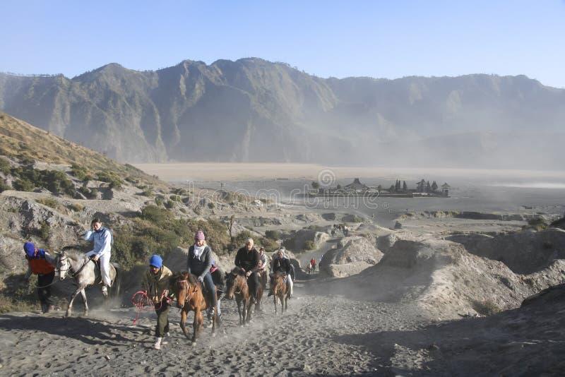 Berg bromo Vulkan bereisen zu Pferde lizenzfreie stockbilder