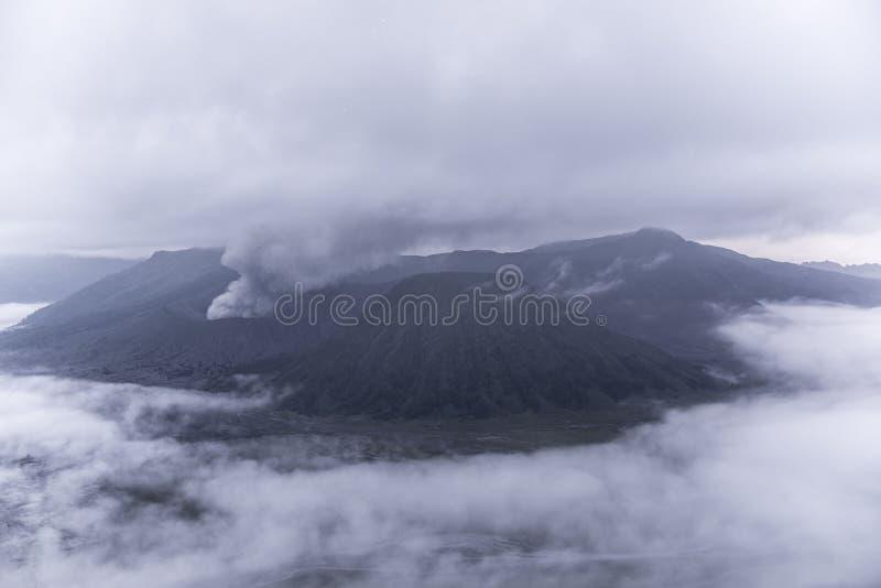 Berg Bromo-Vulkan während der Dämmerung lizenzfreies stockfoto