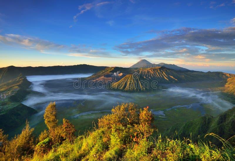 Berg Bromo-Vulkan während des Sonnenaufgangs stockfotos
