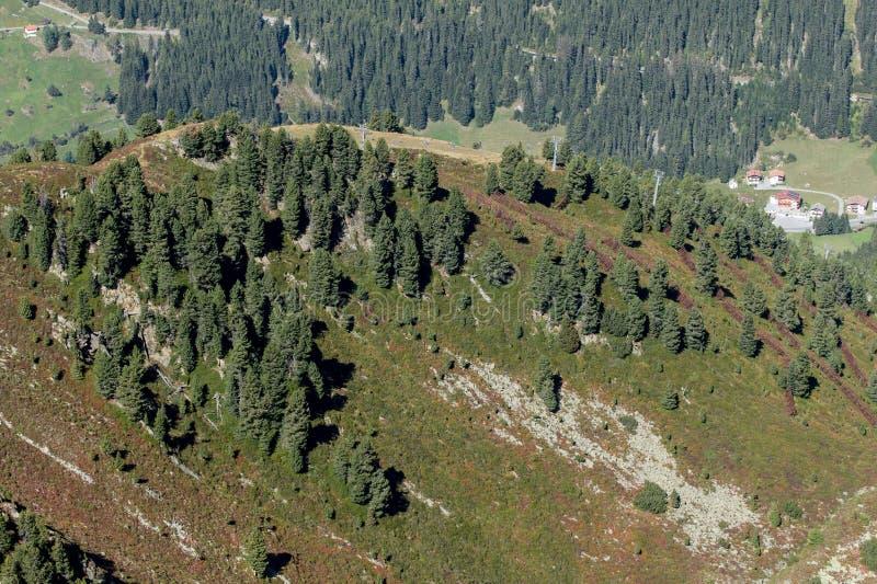 Berg, dal och maximumlandskap, naturlig miljö fotvandra för alps arkivbilder