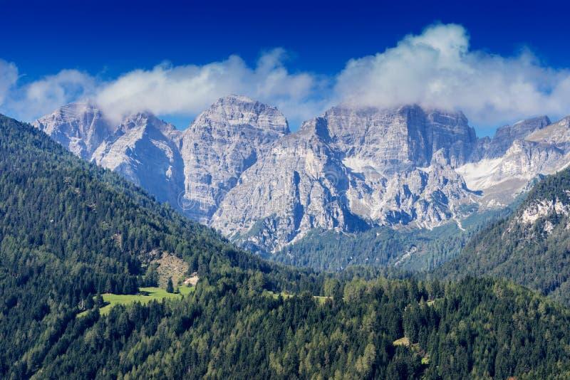 Berg, dal och maximumlandskap, naturlig miljö fotvandra för alps royaltyfria foton