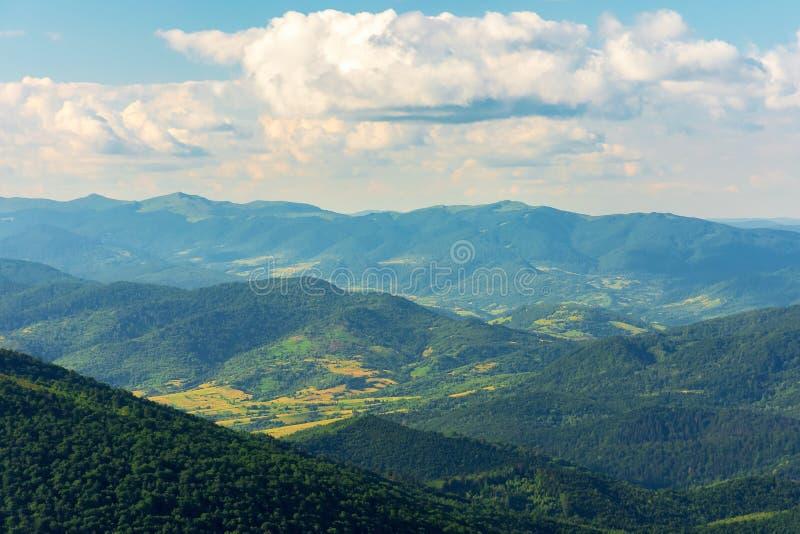 Berg, dalar och kanter av carpathians arkivfoton