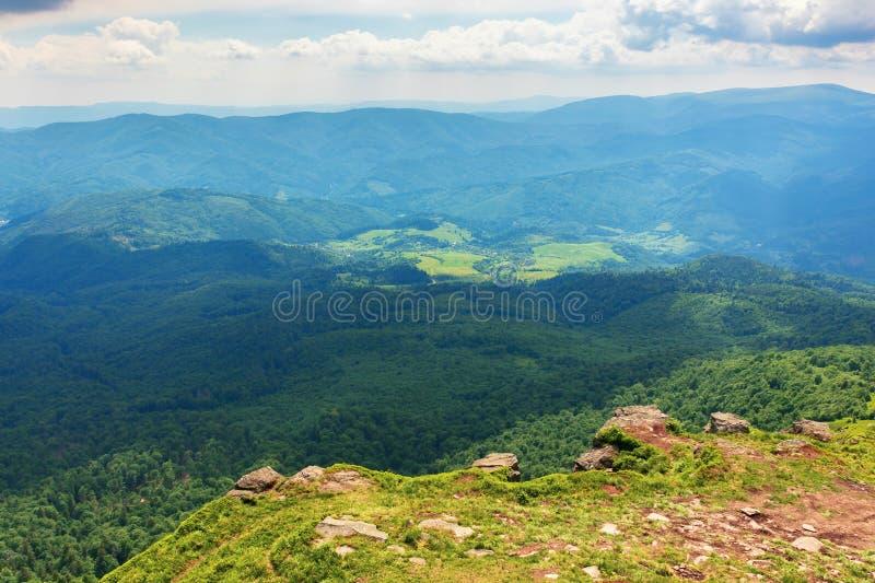 Berg, dalar och kanter av carpathians royaltyfri bild