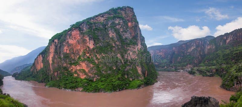 Berg in de Jinsha-Rivier royalty-vrije stock afbeelding
