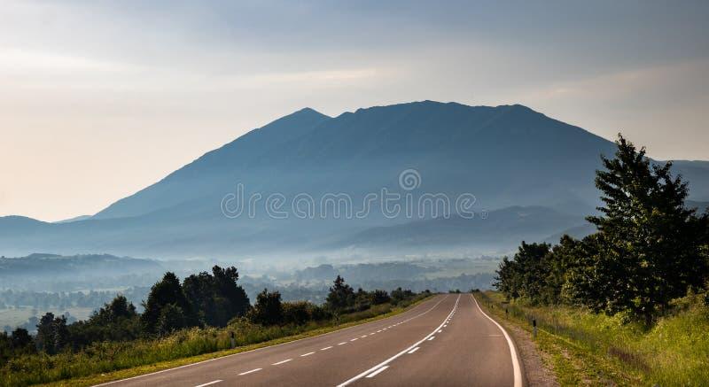 Berg in de ochtend en mist onder de bovenkant royalty-vrije stock fotografie