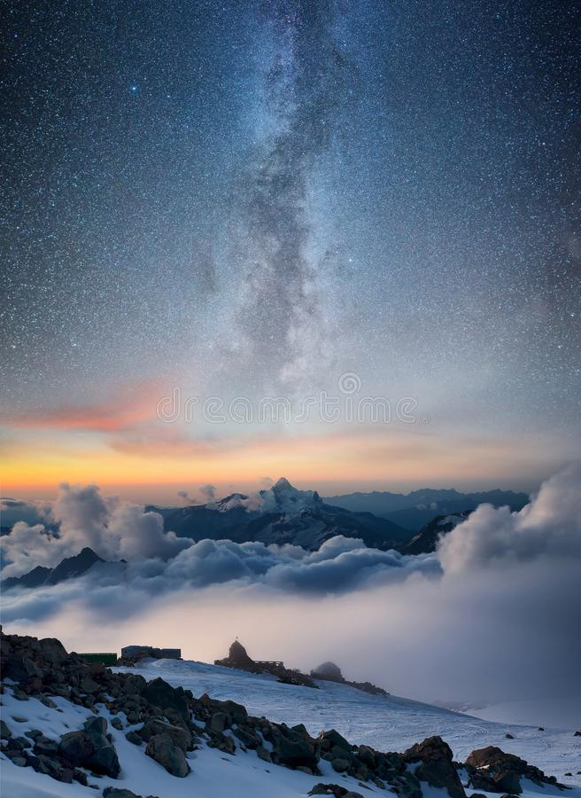 Berg in de winter bij de nacht stock fotografie