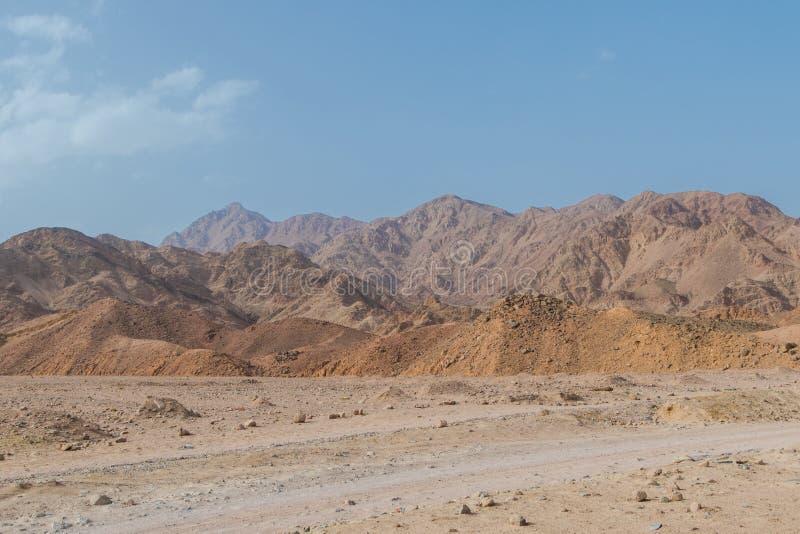 Berg in de woestijn en de blauwe hemel stock foto's