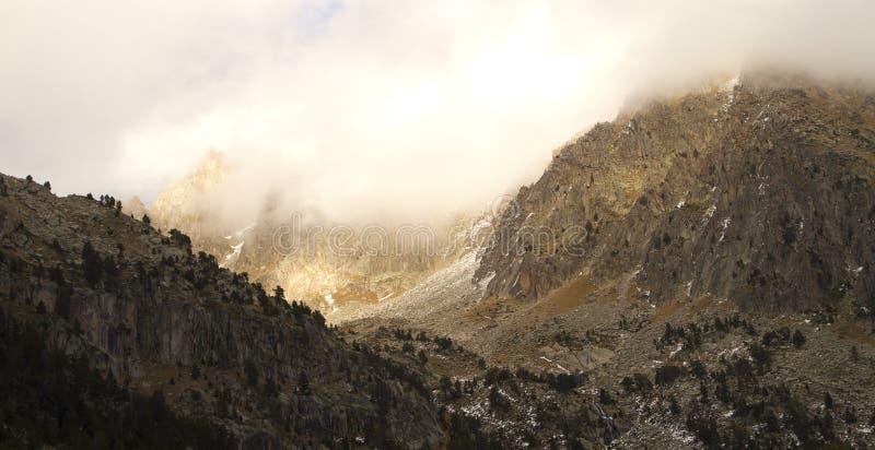 Download Berg In Den Wolken Am Sonnenuntergang Stockfoto - Bild von blau, schön: 27733370