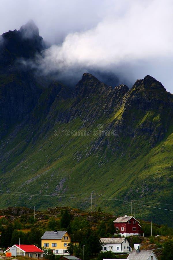Berg, der das Dorf von à überhängt stockfotos