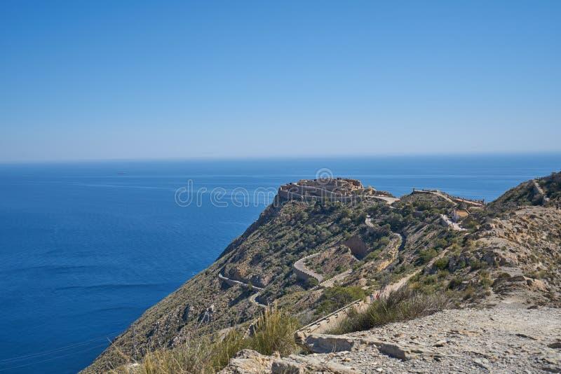 Berg, der das Meer gegenüberstellt lizenzfreie stockfotografie