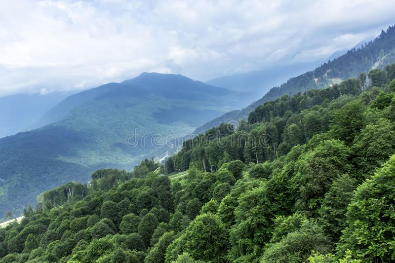 Berg in der Wolke lizenzfreie stockfotografie