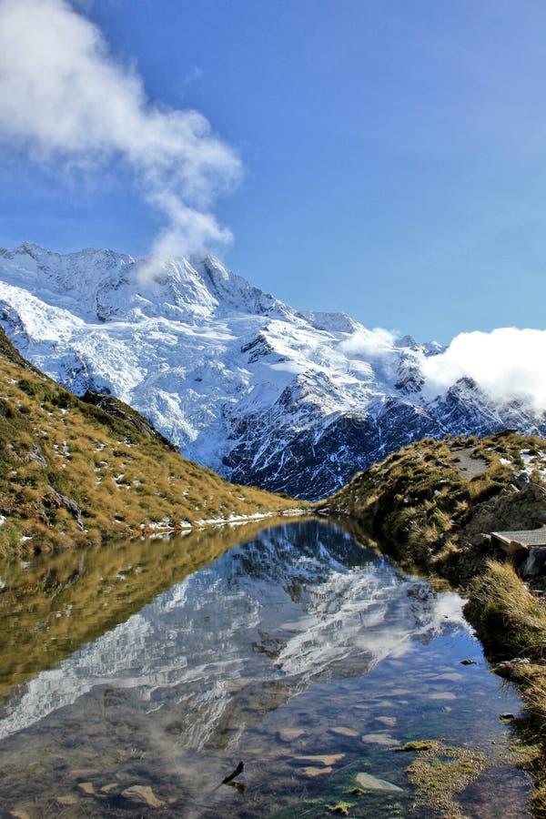 berg die in een meer nadenkt stock foto's