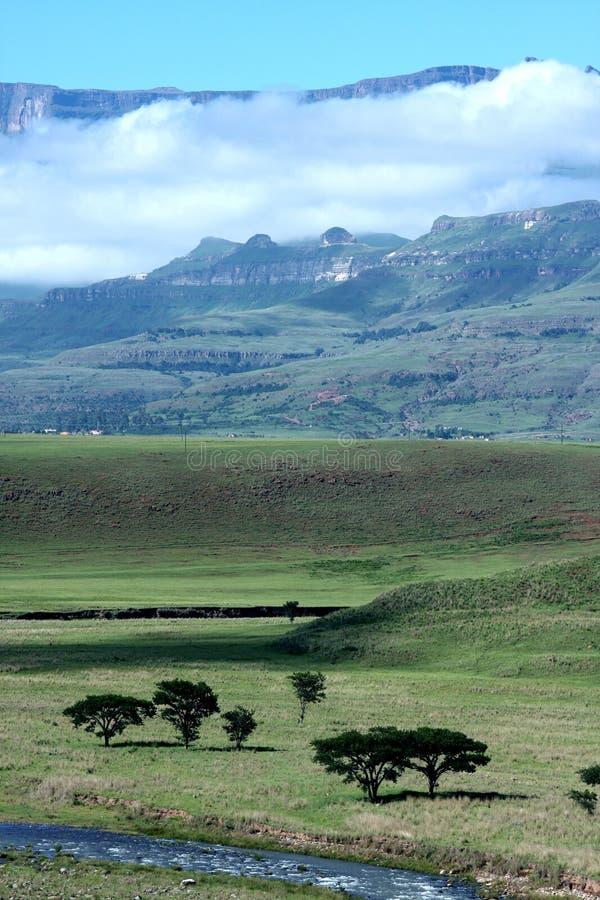 Berg die met een wolk wordt behandeld. stock afbeelding