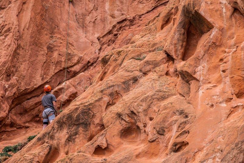 Berg die rotsslifee beklimmen bij tuin van de rotsachtige bergen van godencolorado springs stock foto