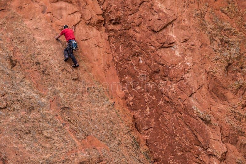 Berg die rotsslifee beklimmen bij tuin van de rotsachtige bergen van godencolorado springs stock fotografie