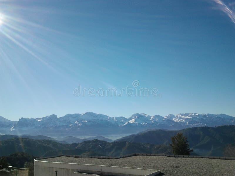 Berg door sneeuw wordt behandeld die royalty-vrije stock foto