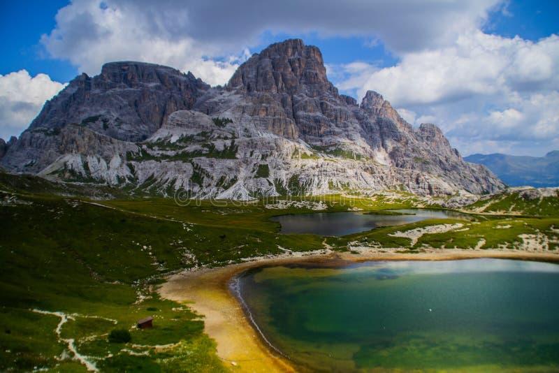 Berg een alpiene merenscène, Dolomiet, Italië stock foto's