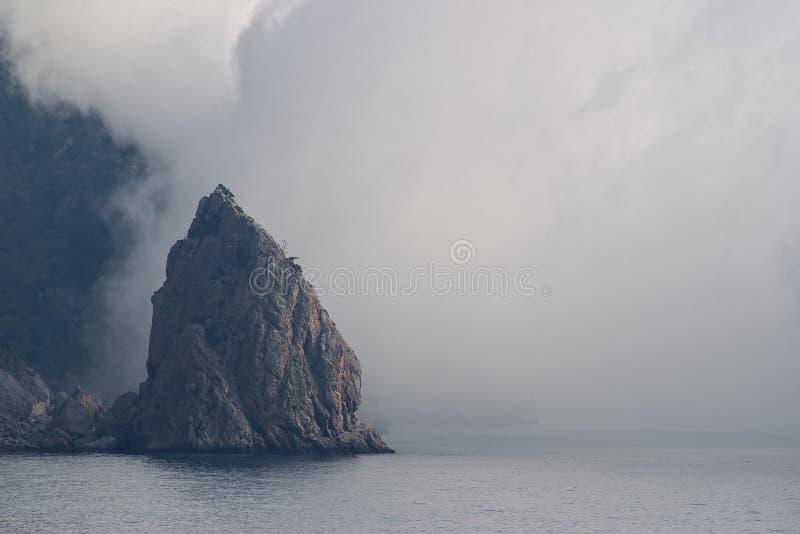 Berg in een mist royalty-vrije stock foto