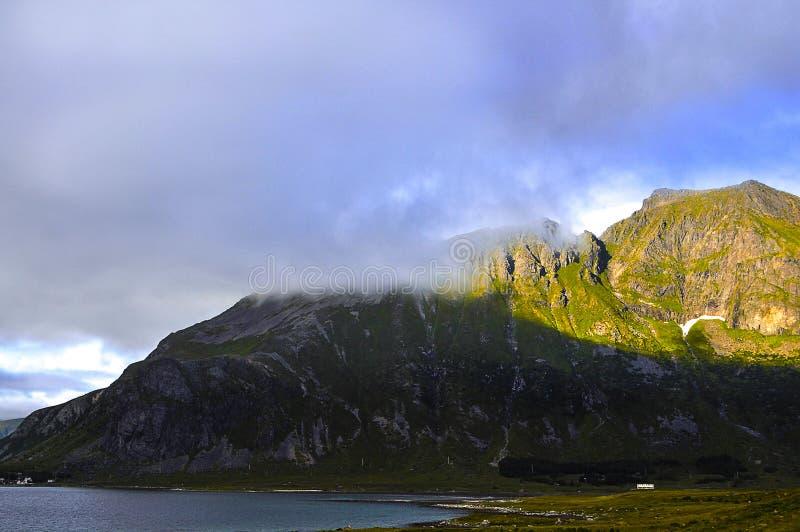Berg in een tegenover elkaar stellend licht stock fotografie