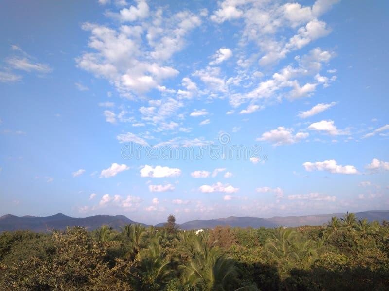 Berg en blauwe hemel royalty-vrije stock foto