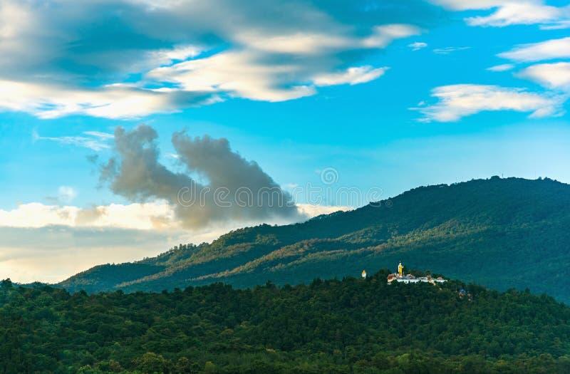berg en de bewolkte tijd van de hemeldag stock fotografie