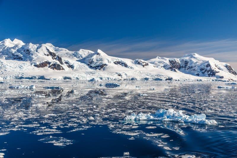 Berg en de gletsjer in de Antarctische wateren van Ne wordt weerspiegeld dat royalty-vrije stock fotografie