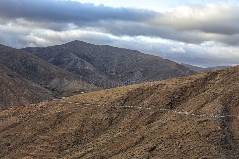 Berg en donkere wolken van het landschap van Fuerteventura stock fotografie