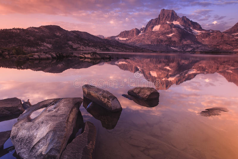 Berg en Meer bij dageraad royalty-vrije stock afbeeldingen