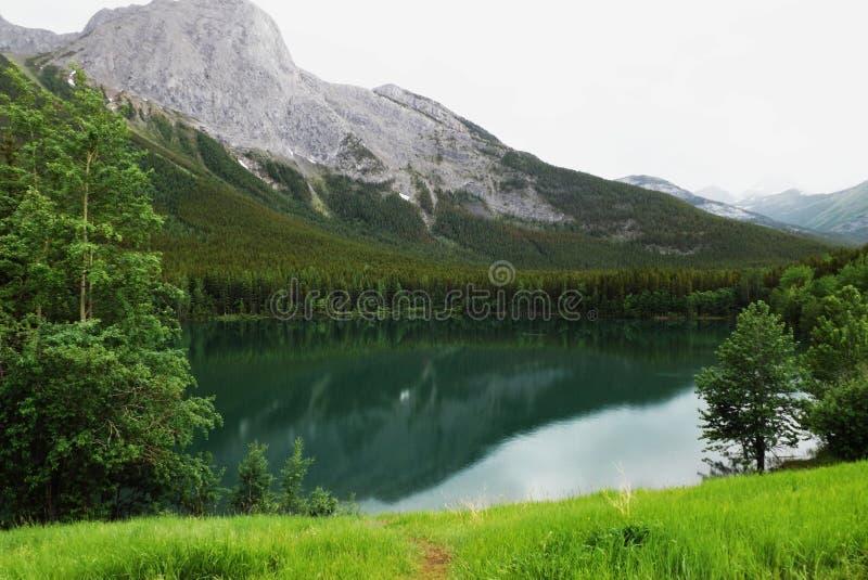 Berg en meer in een mistdag stock afbeelding