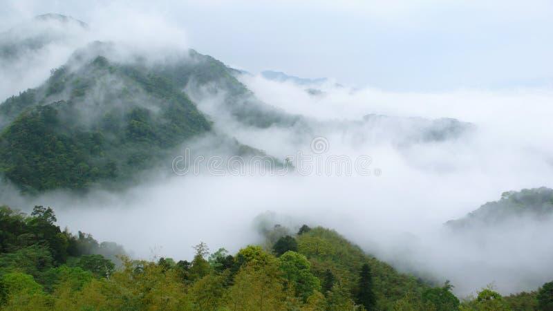Berg en mist. royalty-vrije stock foto