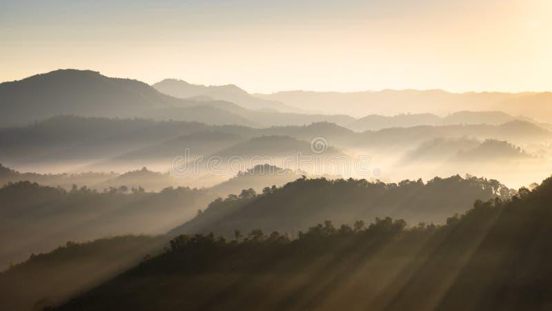 Berg en mist in de ochtend royalty-vrije stock afbeelding