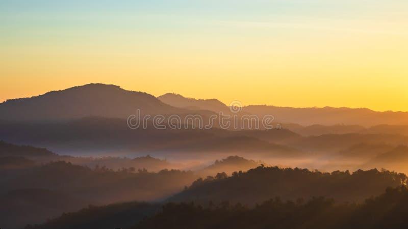 Berg en mist in de ochtend stock fotografie