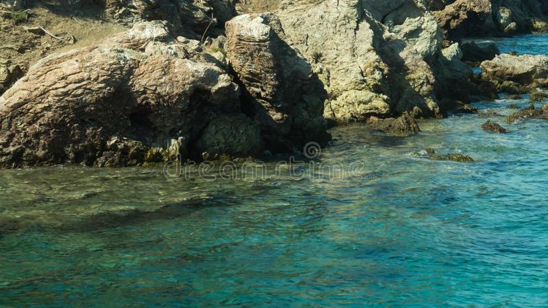 Berg en Overzees kustlijn met een rotsachtergrond royalty-vrije stock afbeeldingen