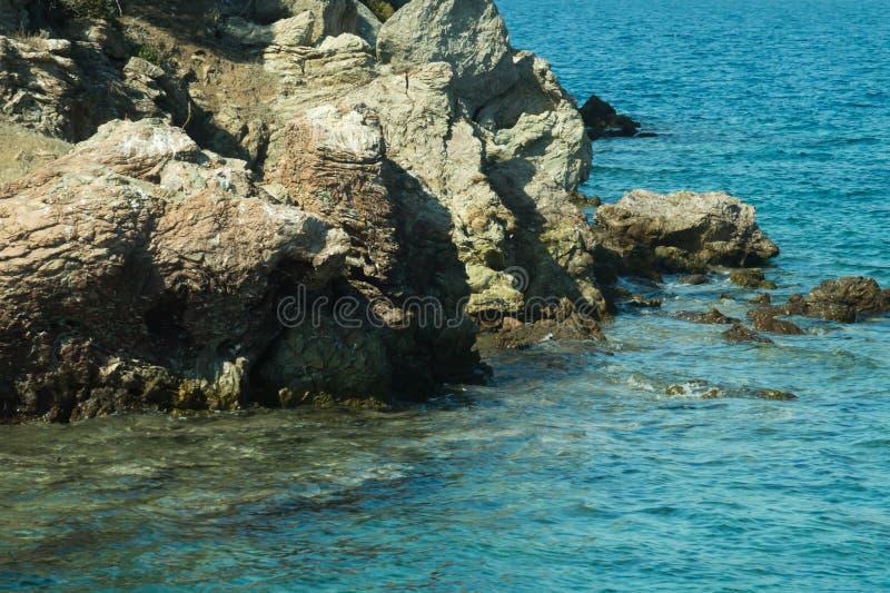 Berg en Overzees kustlijn met een rotsachtergrond royalty-vrije stock foto's