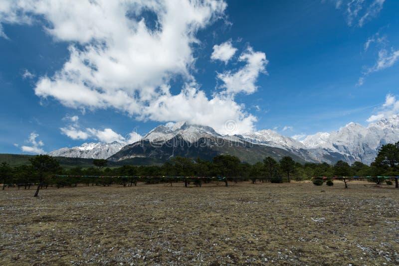 Berg en velen wolk stock afbeeldingen
