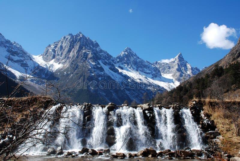 Berg en waterval stock foto