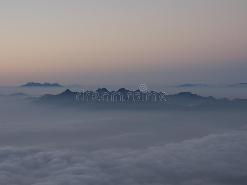 Berg en wolk royalty-vrije stock fotografie