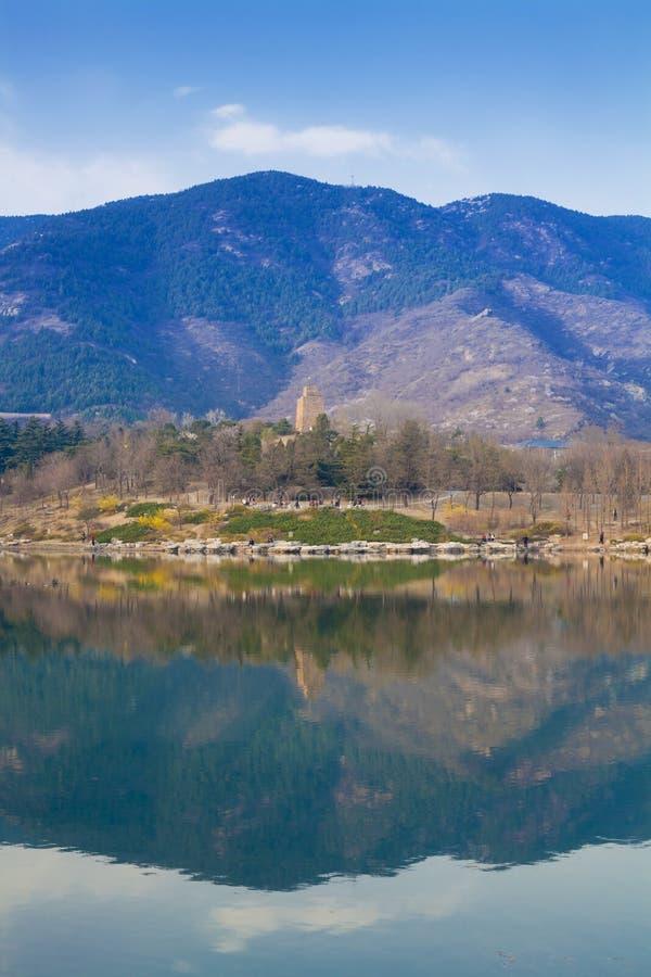 Berg för Beijing botanisk trädgårdlake royaltyfri bild