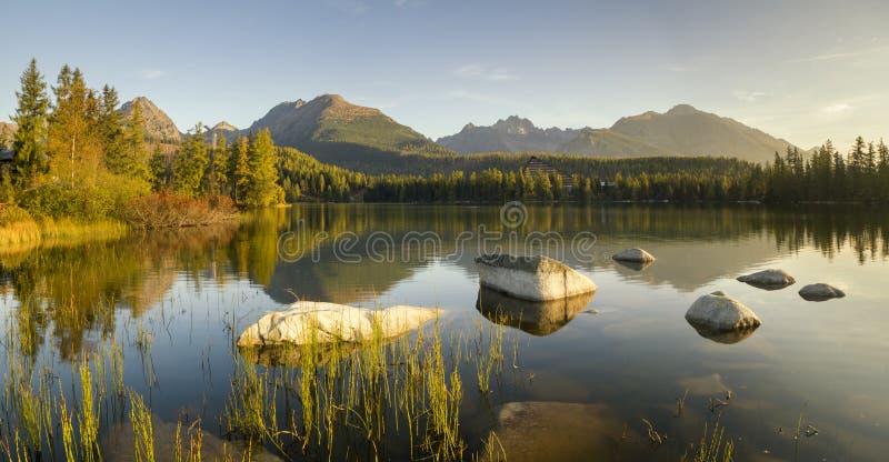 berg för berg för lake för gummilacka för corsica corsican crenode france Hög upplösningspanorama av sjön i Strbske Pleso arkivbilder