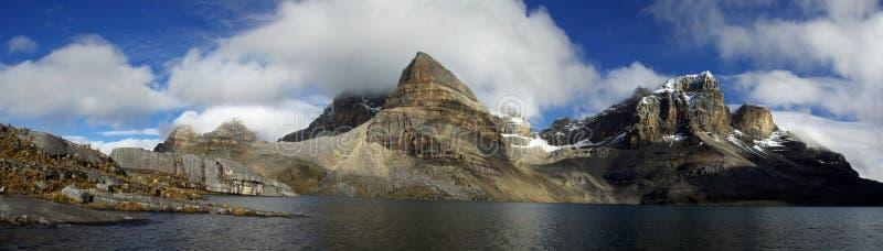 berg för höjdandes höga lake arkivfoto