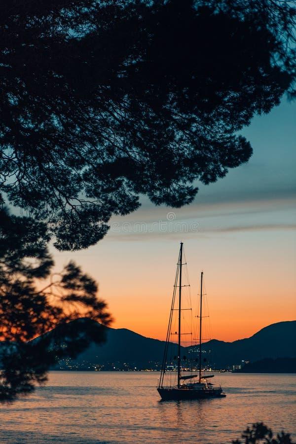 Berg för hav för turyachtkust arkivfoto