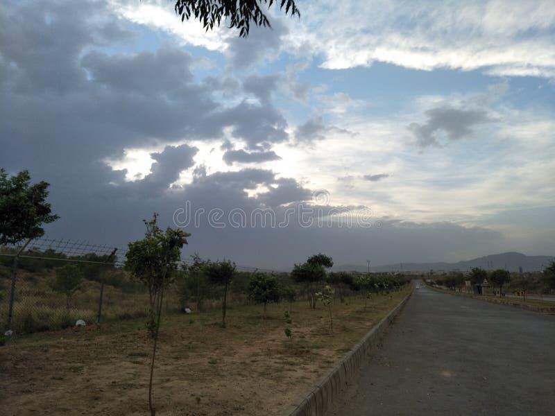 Berg för himmel för molnträdgräs royaltyfria bilder
