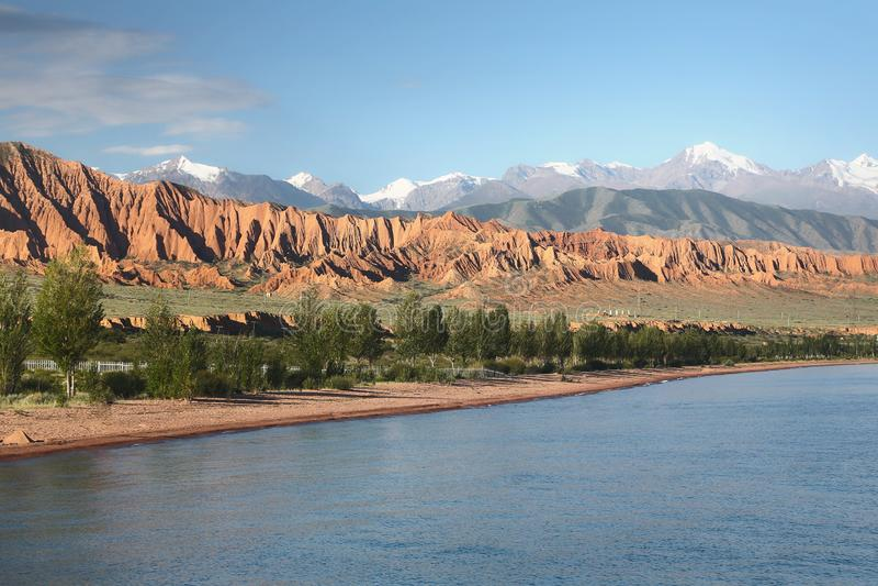 berg för issykkullake kyrgyzstan royaltyfri fotografi