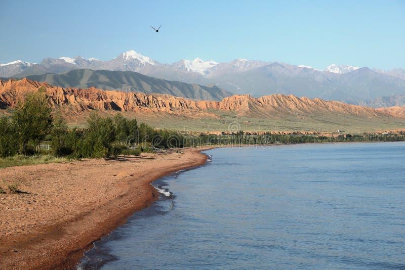 berg för issykkullake kyrgyzstan royaltyfria foton